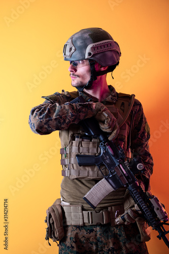 Cuadros en Lienzo modern soldier against yellow background