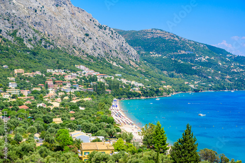 Photo  Barbati Beach with crystal clear azure water in beautiful landscape scenery - paradise coastline of Corfu island, Ionian archipelago, Greece
