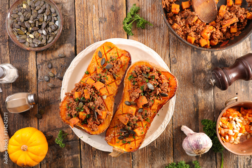 Obraz baked butternut with beef and vegetable - fototapety do salonu