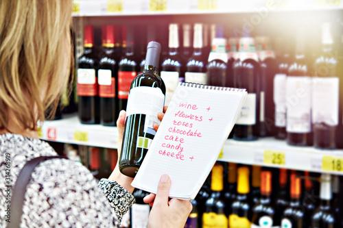 Papel de parede  Girl chooses bottle of wine in store