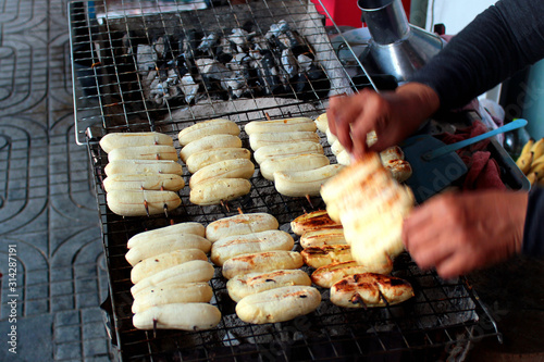 Fotografía  Grilled bananas, a popular street food in Bangkok, Thailand