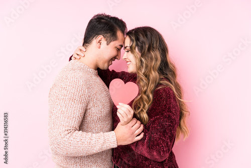 Young latin couple holding a heart sticker Fototapete