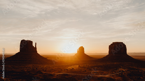 Cuadros en Lienzo Lever de soleil sur les buttes de Monument Valley