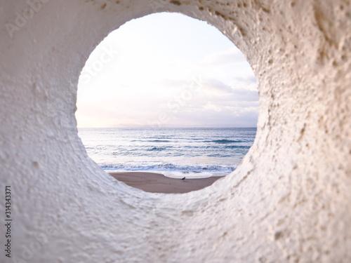 朝の光に照らされた海