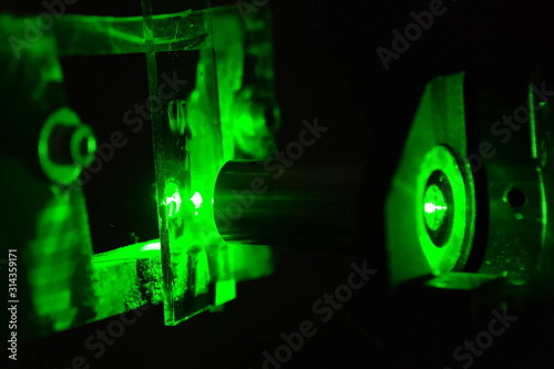 Photo Green light in the laboratory. Green laser in dark.
