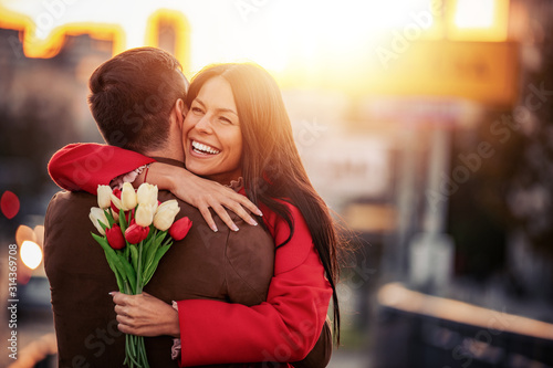 mata magnetyczna Romantic man giving flowers to his girlfriend