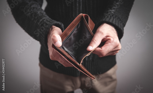 Fotomural Man holding empty wallet. No money