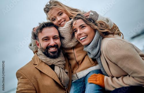 Papel de parede  Family on the beach near the sea