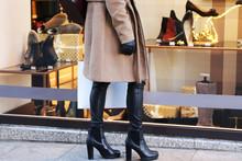 Elegante Junge Frau Steht Vor Einem Schuhgeschäft