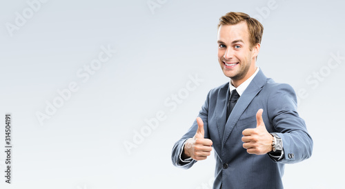 Fotografía businessman with thumbs up gesture