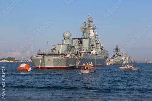 Raid boat RK-1494 approached the Moscow missile cruiser at a rehearsal of the Na Canvas