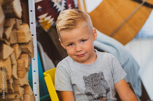 Blonder Junge mit cooler Frisur - Portrait Fototapet