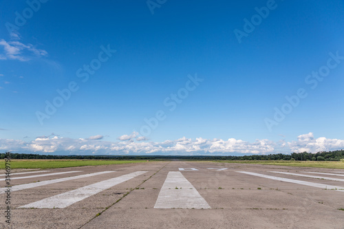 Photo The runway of a rural small airfield against a blue sky