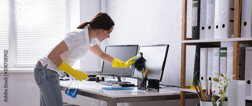Carta da parati Woman Cleaning Computer In Office