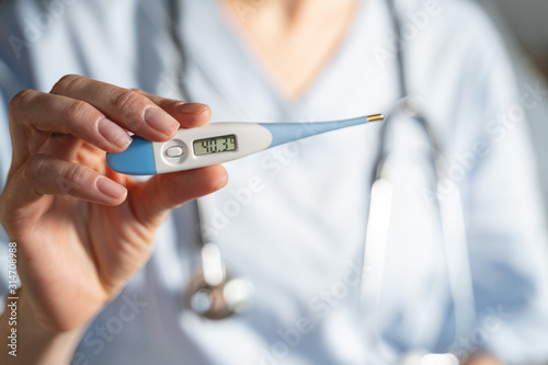 Fototapeta Close up of female hand that holding thermometer obraz