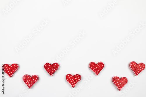 Czerwone serca na białym tle - fototapety na wymiar