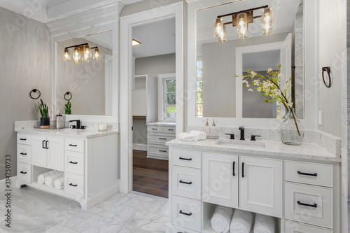 Fotografia Beautiful bathroom in new luxury home with two vanities, sinks, and mirrors