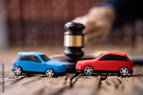 Fototapeta Two Cars On Desk In Courtroom obraz