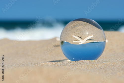 Photo Lensball summer vacation landscape with starfish reflection