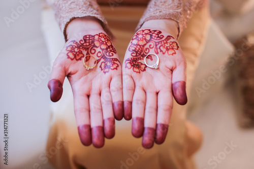 Fotografía Very beautiful and unique henna paintings are on both hands of the bride
