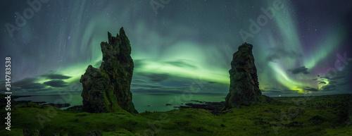 Photo Aurora Borealis (Northern Lights) above rocks