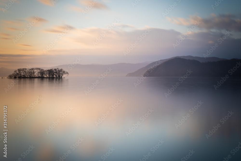 Fototapeta 朝日が昇るびわ湖