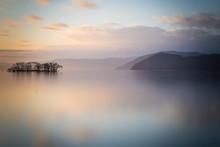 朝日が昇るびわ湖