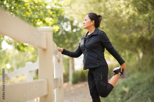 Fotografía Portrait of a fit Asian woman exercising.