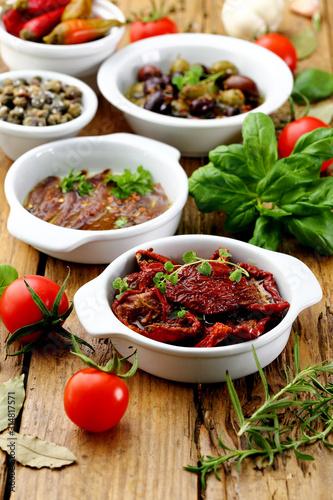 cibo mediterraneo spunti con acciughe pomodori secchi olive sfondo rustico Tablou Canvas