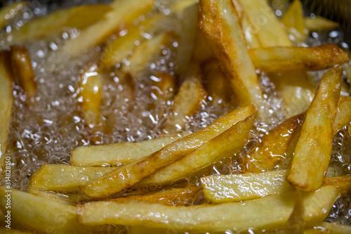 Fotografía frites cuisant dans de l'huile bouillante