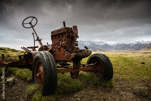 Photo Old rusted abandoned tractor on a farm