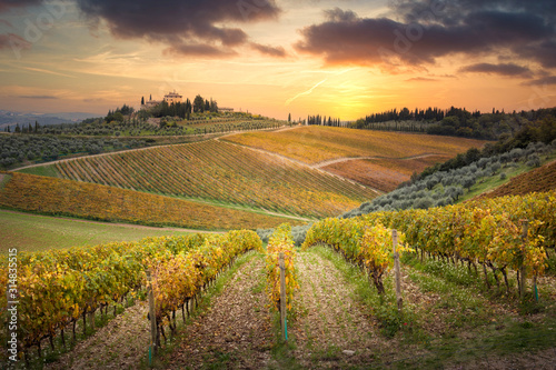Sunset in Gaiole in Chianti with Chianti vineyards Fotobehang