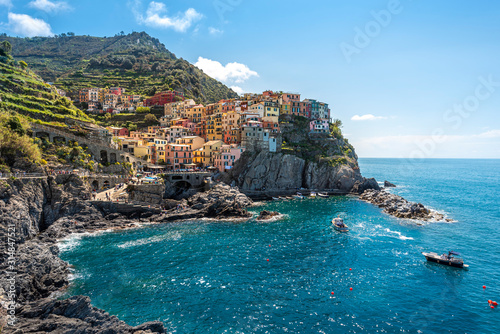 Photographie Manarola village viewed from the harbor facing to the sunlight