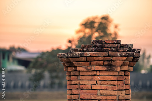 Photo The blurry background of red brick used in the construction of ancient sites in