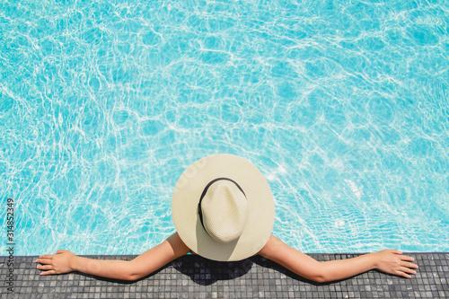Fototapeta Asian women relaxing in swimming pool summer holiday on beach obraz