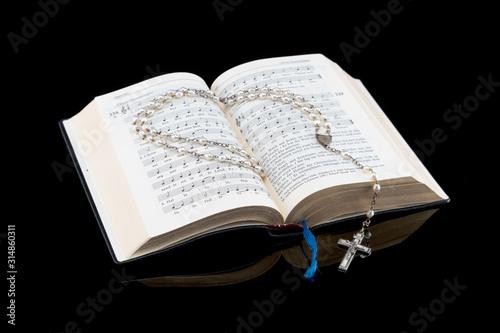 Gesangbuch mit Rosenkranz freigestellt mit Spiegelung Canvas-taulu