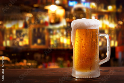 Photo cold mug of beer in a bar on wooden table