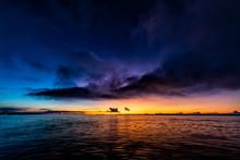 夜明けの海と黒い雲