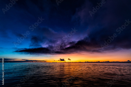 Obraz 夜明けの海と黒い雲 - fototapety do salonu