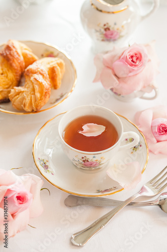 Photo Breakfast with tea , croissants and fresh strawberries  served with fine china p