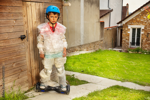 Fotografía Sad hoverboard boy in overprotective bubble wrap