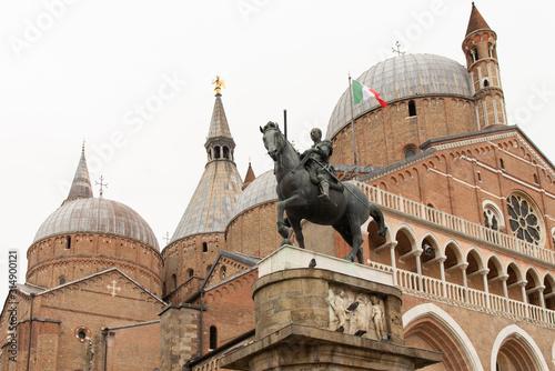 Платно Pontifical Minor Basilica of Sant'Antonio di Padova from 1232, with the equestrian statue of Gattamelata by Donatello