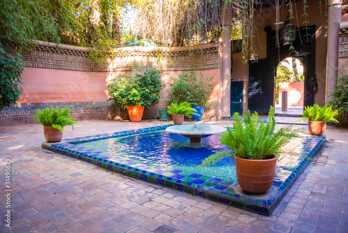 Foto The beautiful Majorelle Garden is a botanical, tropical garden and artist's landscape garden in Marrakech, Morocco