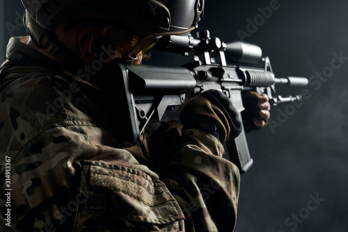 Photo Old soldier in uniform pointing with sniper rifle.