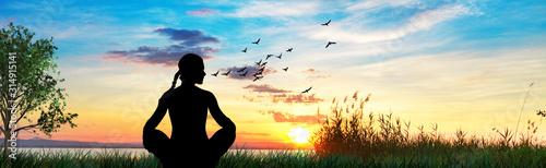 Fotografía mujer haciendo yoga en el campo