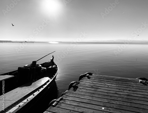 Photo Fishing boat at sunset in Albufera Valencia Spain