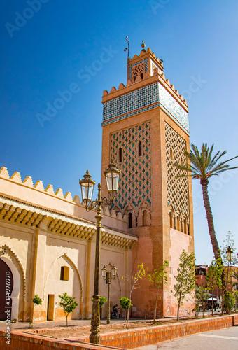Wierza meczetowy minaret przy Medina ćwiartką Marrakesh, Maroko. Są ściany i dłonie. To pałac Badi.
