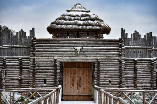 Photo Old medieval wooden fortress in winter