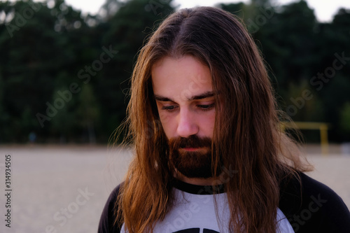 Photo Portrait of handsome bearded young man with long hair
