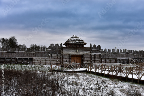 Stampa su Tela Old medieval wooden fortress in winter